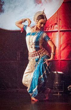 Odissi Classical Indian Dance with Colleena Shakti. Her dedication is astounding. Folk Dance, Dance Art, Ballet Dance, Isadora Duncan, Bollywood, Indian Classical Dance, Dance Movement, Dance Poses, Belly Dancers
