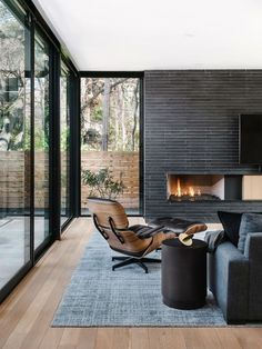 black flooring Great Artistic Black And White Modern Living Room Ideas - Home of Pondo - Home Design Modern White Living Room, Living Room Modern, Cozy Living, Tiled Wall Living Room, Black And White Living Room Ideas, Living Room New York, Black And White Interior, Small Living, Black White