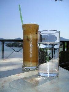 Ingrédients (pour 2 à 3 personnes):  - 50 cl d'eau - le zeste d'un citron - le jus de 2 citrons, bio de préférence - 2 cuillères à café de sucre en poudre - 1/2 cuillère à café de bicarbonate de soude
