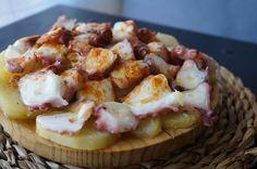 Pulpo a la gallega con patatas -  Pulpo a la gallega o pulpo a feira , un plato típico gallego muy conocido por toda España. La receta es muy sencilla, lo más complicado es cocer y darle el punto exacto de cocción al pulpo. El pulpo a la gallega con patatas, queda muy buena y con pocos ingredientes os queda un plato genial, ... - http://www.lasrecetascocina.com/pulpo-a-la-gallega-con-patatas/