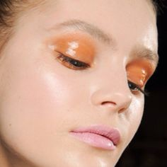Glossy eye lid, colored shadow.