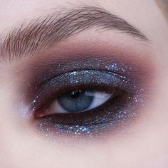 Sparkling but simple eyemakeup look with only 3 products .- Funkelnder, aber einfacher Eyemakeup-Look mit nur 3 Produkten., Sparkling but simple eye make-up look with only 3 products. Makeup List, Makeup Goals, Makeup Inspo, Makeup Inspiration, Makeup Ideas, Makeup Quiz, Makeup Meme, Makeup 101, Lime Crime Makeup