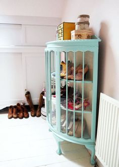 These DIY shoe rack ideas will cover all your shoe storage needs while improving your home decor at the same time. Shoe Storage Apartment, Painted Furniture, Diy Furniture, Space Furniture, Deco Pastel, Casa Clean, Ideas Para Organizar, Curved Glass, Shoe Cabinet