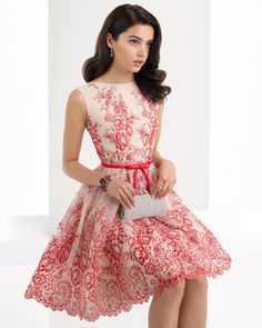 Vestido clásico corto de encaje con espalda pronunciada y complementado con chal, disponible en marino/nude y rojo/nude.