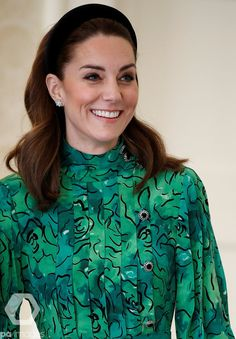 Kate Middleton, stepped out in a stylish green gown by designer Alessandra Rich as she arrived in Dublin alongside Prince William, ahead of their three-day visit to Ireland. Style Kate Middleton, Kate Middleton Dress, Kate Middleton Photos, Kate Und William, Prince William And Kate, Duke And Duchess, Duchess Of Cambridge, Clutch Verde, Vestidos Kate Middleton
