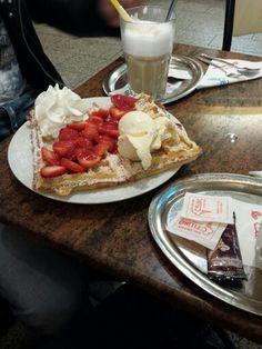 Waffel mit Erdbeeren und Eis yammyyy