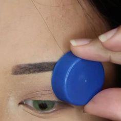 Weird hack to get your liner on fleek! in Flirt lashes in Noelle Huda Beauty, Beauty Makeup, Hair Makeup, Trait Eye Liner, Huda Kattan, Korea Makeup, Makeup For Brown Eyes, Makeup Eyeshadow, Makeup Looks