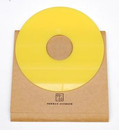 HERMAN HERMSEN 1953 - Disc brooch of yellow acrylic ontwerp uitvoering 1985 in original packing the Netherlands