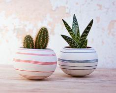 Fioriera in ceramica cactus (strisce arancioni). Fioriera mini Porcellana per, cactacee, succulente o pianta di aria. Realizzato da Studio Wapa. di wapa su Etsy https://www.etsy.com/it/listing/187513762/fioriera-in-ceramica-cactus-strisce