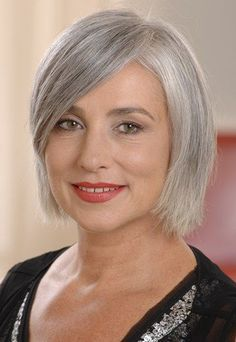 Edel und natürlich: Grau ist wow! - Für viele Frauen beginnt ab dem 40. Geburtstag ein Kreislauf aus Färben und Überfärben, damit nur ja kein graues Haar durchkommt. Doch mittlerweile werden wir uns immer häufiger der ganz eigenen Schönheit von grauem Haar bewusst...: