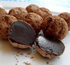 Mmm, wat is er beter dan chocolade? Chocoladetruffels natuurlijk! Je kan ze kopen in de winkel, maar deze truffels maak je in een vingerknip helemaal zelf met amper drieingrediënten!