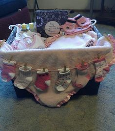 DIY Baby Shower Gift Basket Ideas for Girls - Babyparty - Baby Shower Cadeau Baby Shower, Idee Baby Shower, Bebe Shower, Cute Baby Shower Gifts, Baby Shower Gift Basket, Girl Shower, Baby Shower Parties, Baby Gift Baskets, Baby Shower Presents