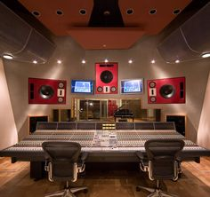 Recording studio design actually comes in many styles as it depends on your desire. The concept of recording studio interior is created as the same as any other room interiors. Home Studio Musik, Music Studio Room, Audio Studio, Sound Studio, Home Recording Studio Setup, Studio Equipment, Audio Room, Dream Studio, Studio Interior