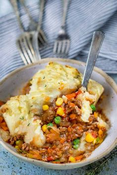 This healthy Shepherd's Pie recipe is healthy and super flavorful! Filled with ground lamb (or beef), onions, garlic, herbs, and fluffy olive oil mashed potatoes. Comfort food without guilt! Gluten free and dairy free. Irish Recipes, Lamb Recipes, Pie Recipes, Dinner Recipes, Recipies, Shepherds Pie Rezept, Royal Recipe, Best Side Dishes, Main Dishes