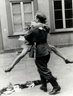 Historic Photos Of Love During Wartime | The Dancing Rest https://thedancingrest.com/2016/06/06/historic-photos-of-love-during-wartime/