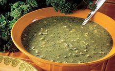 Suppe med grønkål og kartofler er en lækker fedtfattig opskrift, som smager lækkert og varmer på en kold dag. Glæd dig til at nyde rugbrød og ost til den velsmagende suppe.