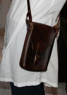 Interesting construction.  Looks like minimal sewing.  FERNAND LEATHER pouch : 海辺の街のちいさな裏路地