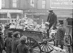Helfer von der Heilsarmee in Chicago verteilen mit einer Kutsche zu Weihnachten im Jahr 1903 Lebensmittelkörbe an eine Gruppe von Jungen. (Foto von der Chicago Daily News, Inc. DN-0001726)