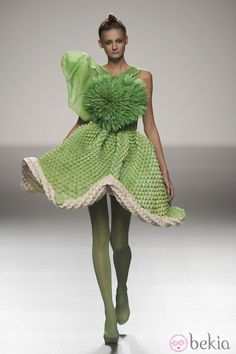 Vestido verde armado con flor de origami de la colección primavera/verano 2013 de Eva Soto