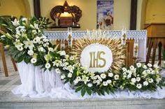 Gerelateerde afbeelding Altar Flowers, Church Flower Arrangements, Funeral Arrangements, Church Flowers, Centerpiece Decorations, Flower Decorations, First Communion Decorations, Catholic Altar, Altar Design