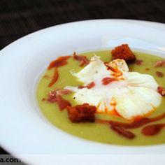 Crema de guisantes y huevos pochados