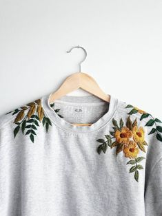 Upcycled handbesticktes Sweatshirt mit Rundhalsausschnitt Source by TheEmmiMarie shoulder sweater Embroidery On Clothes, Embroidered Clothes, Diy Embroidery, Sweater Embroidery, Kleidung Design, Diy Broderie, Bordado Floral, Sweatshirt Refashion, Embroidered Sweatshirts
