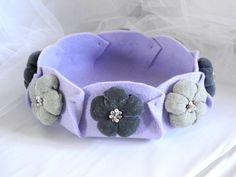 Svuotatasche in feltro con fiori di stoffa perline Lilla verde - fatto a mano. $35,00, via Etsy.