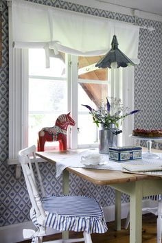 Swedish cottage kitchen -- bit frilly, but the table is perf. Scandinavian Cottage, Swedish Cottage, Swedish Decor, Swedish Style, Swedish House, Swedish Design, Nordic Style, Scandinavian Interior, Scandinavian Design