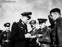 Bulgarian and Soviet officers discussing military tasks for aviation. In the foreground Regiment . George Drenikov , Acting Commander of Air Forces from 9 September to 23 October 1944