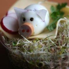 Eier-Schweinchen aus hartgekochtem Ei mit Radieschenohren und Wurstnase. http://de.allrecipes.com/rezept/11534/eier-schweinchen.aspx