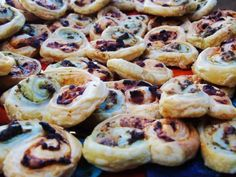 Low Syn Puff Pastry Pesto Swirls - Syn Free - Nibbles - Slimming World - Dinner Party - Low Syn Snack - Treat - Party Food astuce recette minceur girl world world recipes world snacks Aldi Slimming World, Slimming World Cake, Slimming World Recipes Syn Free, Slimming Eats, Tray Bake Recipes, Pastry Recipes, Beef Recipes, Mini Christmas Cakes, Christmas Recipes