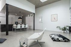 Stěrka na podlaze se snadno udržuje, to je kvůli přímému výstupu na zahrádku velmi důležité. Prague, Studio, House, Atelier, Home, Haus, Study, Houses