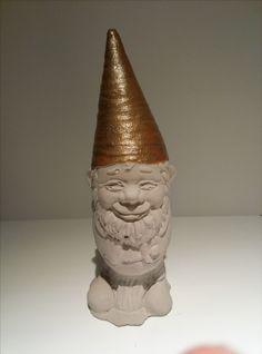 Gartenzwerg aus Beton mit glänzender Mütze. Höhe ca. 20cm. Gewicht ca. 800gr. Farbe der Mütze ist Champagner. Von Hand gegossen, von Hand bemalt.