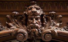 Великолепный дубовый камин, выполненный по модели камина из Салона Геркулеса, расположенного в Версальском Дворце.