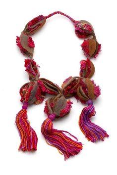 Silvia Roldán - Interior medular / Vellón merino, seda natural, capullos de seda / Fieltro amasado y agujado intervenido con seda, wrapping / 30cm x 68cm
