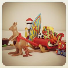 """クリスマスの準備 その6 「さて、そろそろ出発しようかのう!…皆さん、わしがどの国の担当かわかりますよね?」 * Preparing for Christmas : 6 """"It's about time to start...Then, do every one know that where is the area that I'll deliver?"""" * #playmobil #christmas #gintsubaplaymo #サンタクロース #クリスマス #カンガルー #サーフィン"""