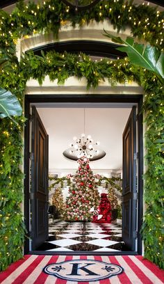 Architectural Digest paired up with the most famous mom of them all - Kris Jenner - to show you all the secrets of her Christmas decor! Family Christmas, Christmas Photos, All Things Christmas, Christmas Holidays, Christmas Decorations, Holiday Decor, Simple Christmas, Christmas Trees, Christmas Lights