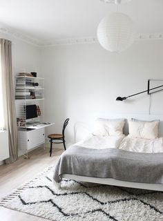 Scandinavian bedroom interior via Scandinavian Love Song – toptrendpin. Vintage Bedroom Decor, Rustic Bedroom Design, Scandinavian Bedroom, Bedroom Color Schemes, Bedroom Colors, White Bedroom, Modern Bedroom, Scandinavian Style, Bunk Bed With Desk