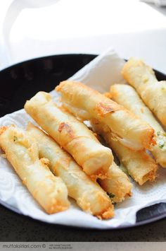 Fried Cheese Sticks - Mince half a bunch of parsley and mix with cheese (cottage of feta), 1 Tbsp. margarine and 1 egg. Add a teaspoon of mixture to center of dough pieces of Filo dough cut in(Wonton Cheese Sticks) Yummy Appetizers, Appetizer Recipes, Tapas, Good Food, Yummy Food, Football Food, Turkish Recipes, Appetisers, Beignets