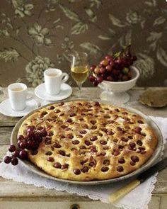 Szőlős Focaccia ❤️ Toskanischer Hefefladen mit Weintrauben ❌ 500 g liszt, 200 ml tej, 30 g friss élesztő, 2 ek + 140 g cukor, 1 kezeletlen narancs, 100 g dió, 100 g vaj, 1 tojás (M), 400-500 g kis sötét mag nélküli szőlő vagy meggy, 2 ek fenyőmag vagy szezámmag, tökmag, napraforgó vagy dió, mandula, mogyoró … ,  liszt a nyújtáshoz.  Sütőpapíron sütni.