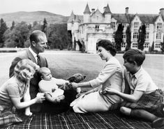 Elizabeth II with (from left) Princess Anne, Prince Philip, Prince Andrew, and Prince Charles. Princess Elizabeth, Princess Margaret, Queen Elizabeth Ii, Elizabeth Taylor, Old Prince, Baby Prince, Prince Andrew, Prince Charles, Princesa Anne