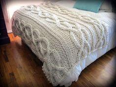 Manta para cama queen toda feita com a trama do tricô Irlandês.  Produto feito a mão com lã de qualidade.  Cor Cru  Medida cama queen  1.30x 2.60  Pode ser feita em outras cores  Consulte a tabela de cores