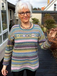 Størrelse: XS – XXXLStribet sweater med hæklet bortStrikkekit indeholder garn og opskriftDesign: Ketty Conrad