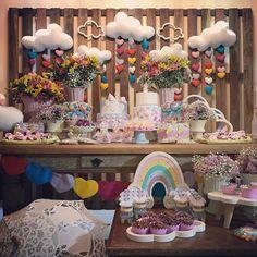 Uma linda decoração no Tema Chuva de Amor! #Repost @silviasoriapartydesigner ・・・ Chuva de amor, nesse caso, CHUVA DE AMOR E BÊNÇÃOS para celebrar o aniversário de 2 anos das gêmeas lindas, fofas e queridas, além de muito amadas BÁRBARA e BIANCA! Parabéns papai e mamãe @paulameninelli por essas meninas! Felicidades a toda família sempre! Feltros by @feltrosdakris , cupcakes, pirulitos e brownies by @carolcaffarena da @dasmariascakes e bolachas decoradas by @monicarojasdulces , personalizados…