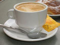 La cafeína es uno de los compuestos principales del café, gracias a ella el café actúa como un estimulante natural del sistema nervioso central, aumentando la energía y el rendimiento tanto físico como psíquico. Por esta razón se considera al café como un energizante natural.