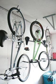 Hang bikes in the garage – Check! How to hang bikes in the garage Garage Velo, Garage Shed, Garage House, Garage Doors, Garage Plans, Detached Garage, Garage Workshop, Garage Organisation, Garage Storage Solutions