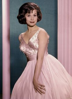 Mary Tyler Moore Dead: Mary Tyler Moore Show Actress Dies at 80 Hollywood Actresses, Old Hollywood, Classic Hollywood, Hollywood Icons, Hollywood Stars, Blush Evening Dress, Laura Petrie, Mary Tyler Moore Show, Bernadette Peters