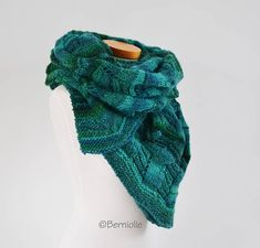 Lace knitted shawl green / blue Q589
