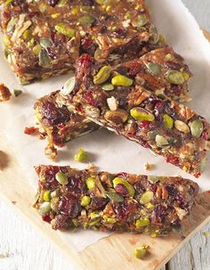 Drenteltje-A kind of cake with dates, raisins, various kinds of nuts and cranberries. Healthy Candy, Healthy Bars, Healthy Cookies, Healthy Baking, Healthy Snacks, Pureed Food Recipes, Snack Recipes, Healthy Recepies, Food Humor