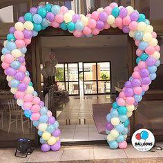 Portal coração em candy color com aplique de flores  #andrefigueiredo #gracepires #baloesemsalvador #temqueterbaloes #balloonsdesignersstore